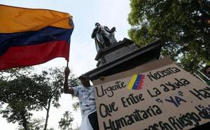 Guaidó organiza voluntarios para ayuda humanitaria, Maduro a los militares