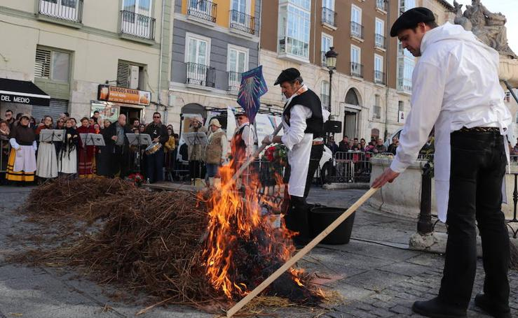 La Sociedad Gastronómica 'Los Cucos' celebra el XXXVI Festival de la Matanza en la plaza de La Flora