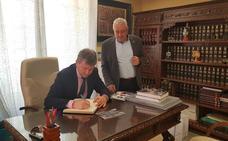 Burgos refuerza su colaboración institucional con Jaén durante la visita a Cabra del Santo Cristo