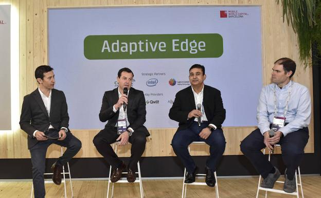 Pipo Serrano, moderador del acto de presentación de 'Adaptative Edge' en el MWC; Òscar Pallarols, director comercial global de Cellnex Telecom; Rajesh Gadiyar, responsable de Technology Officer de Intel; David Carrera, cofundador de NearbyComputing/