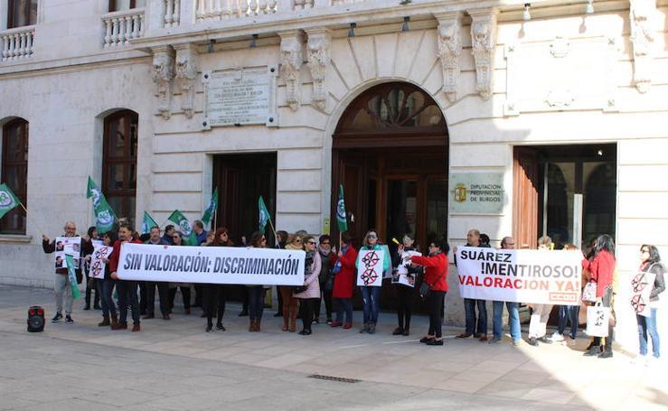 SOI y CCOO protestan frente a la Diputación por los cambios en el organigrama