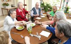 UGT y CC OO convocan una concentración para mañana para exigir más personal en las residencias de personas mayores