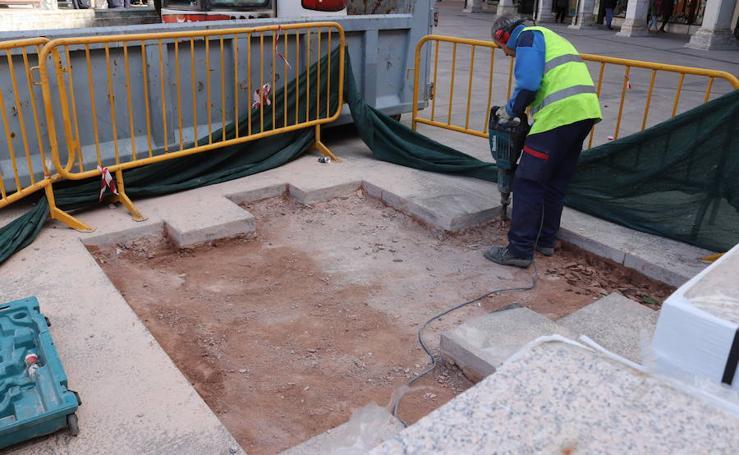 El Ayuntamiento repara los desperfectos ocasionados por las hogueras de Las Marzas en la Plaza Mayor de Burgos