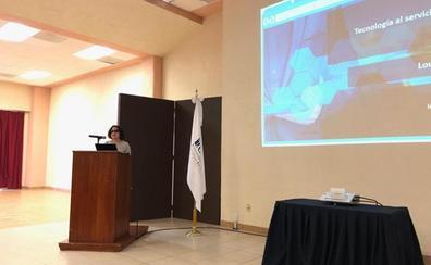 Una profesora de la Universidad Isabel I imparte una conferencia sobre accesibilidad en la Universidad de Cuautitlán Izcalli de México