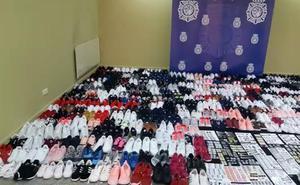 Detenido un varón tras intervenirle 500 pares de zapatillas deportivas falsificadas que vendía en mercadillos
