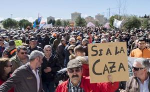 Los cazadores de Castilla y León cargan contra el «animalismo radical» frente a las Cortes regionales