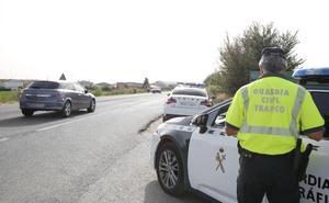 Un hombre acude conduciendo su propio vehículo al examen para recuperar el permiso de conducir