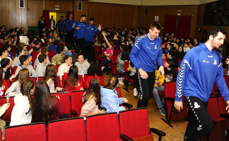 El San Pablo Burgos visita a los alumnos del Colegio Liceo Castilla