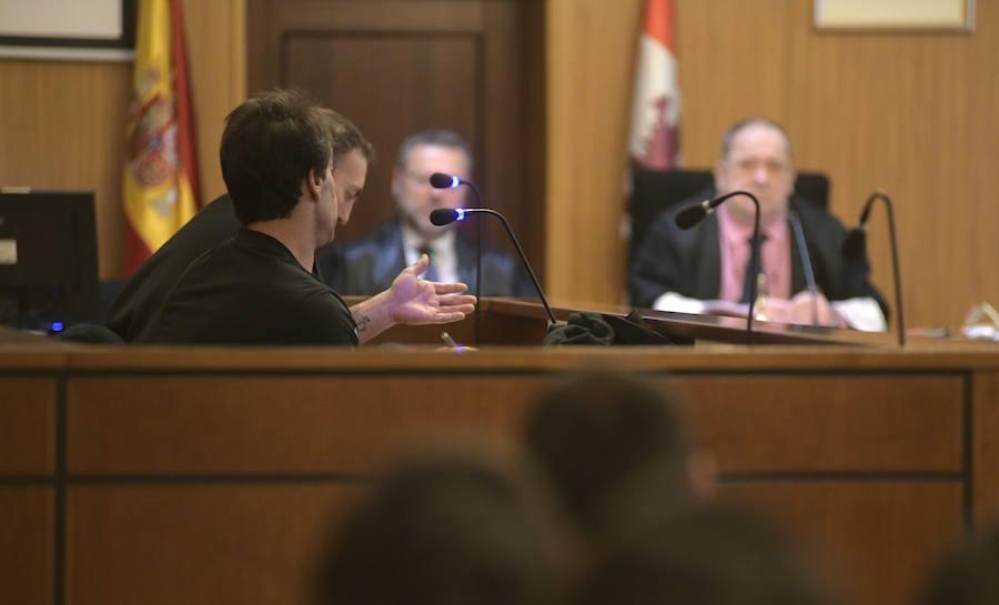 El acusado de acuchillar, golpear y atropellar a su mujer le culpa a ella de la agresión
