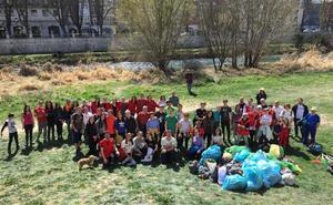 80 voluntarios de Cruz Roja y 250 kilos de residuos menos en el río Arlanzón