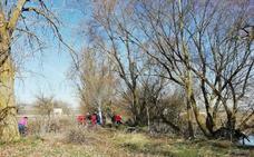 La Asociación Viyuela de Frandovínez se queda sola en la limpieza del río tras desentenderse las administraciones