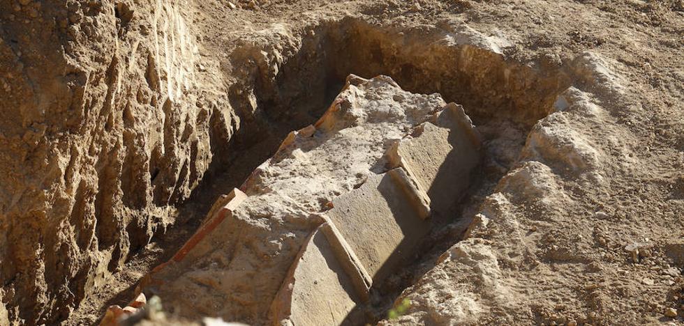 Unas obras junto a Los Tres Pasos sacan a la luz un conjunto de tumbas romanas en Palencia