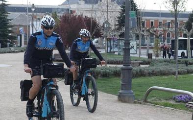Diez policías locales patrullan ya en bici por parques y calles de Valladolid