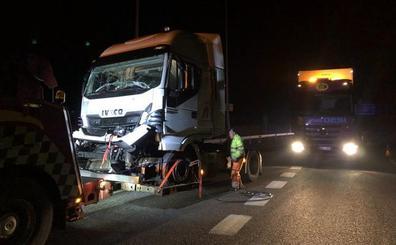 Un choque de dos camiones en Villagonzalo - Pedernales deja un herido leve