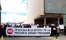 Un centenar de personas se concentran en los juzgados de Salas por un turno de oficio digno