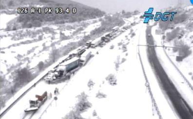 Un accidente múltiple ocasionado por la nieve genera una treintena de heridos y corta durante horas la A-1