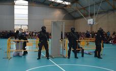 La Policía Nacional se exhibe ante los escolares de Miranda