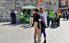 Un beso viral frente a Vox en Valladolid para «defender la diversidad sexual»