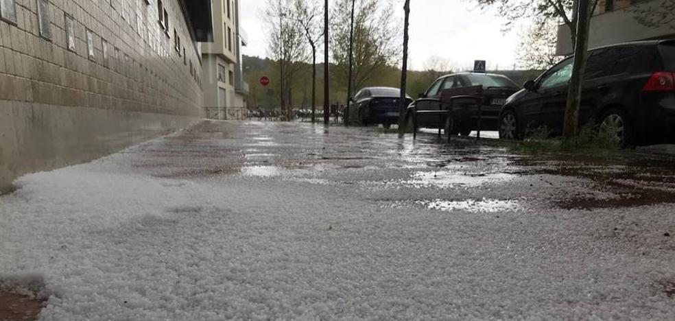 Una tromba de granizo y agua anega varias calles de Valladolid y causa daños en edificios