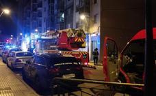Atendido un varón de 49 años tras inhalar humo en el incendio de una vivienda en la calle Enrique III