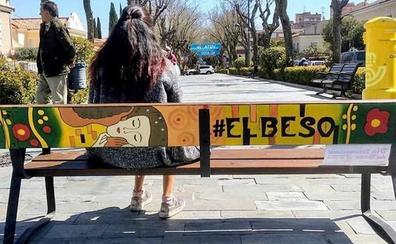 Roban dos bancos callejeros convertidos en obras de arte en Guadalajara