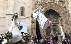 El vuelo de una niña-ángel Irene Arnaiz anuncia la Resurrección en Aranda de Duero