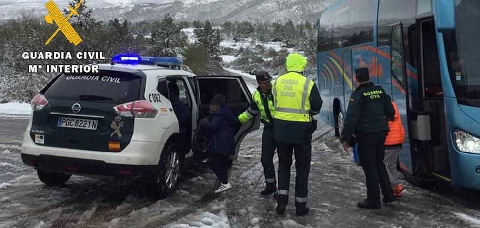 Rescatados 41 escolares y 4 profesores atrapados por la nieve en Pineda de la Sierra
