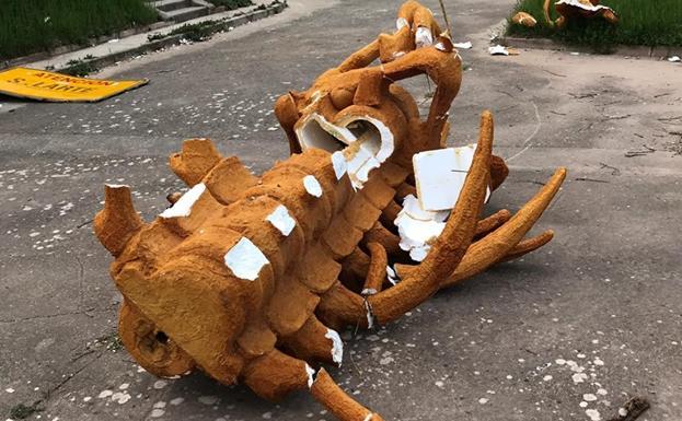 La escultura elaborada por Cristino Díez rota en la sede de SalArte./SalArte