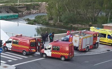 Los Bomberos de Burgos intervienen para sacar del Arlanzón a un joven en el Puente de la Universidad
