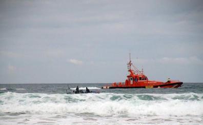 Hallado el cadáver del menor que cayó al mar al volcar una patera en Cádiz