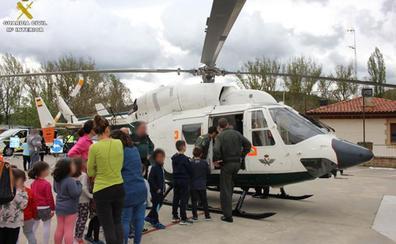 La Guardia Civil realiza una exhibición en el CEIP Condado de Treviño