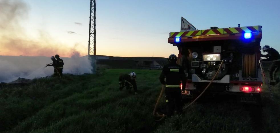 Los bomberos sofocan un conato de incendio en Villagonzalo Pedernales