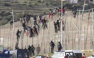 Medio centenar de inmigrantes entran en Melilla en el mayor asalto a la valla en seis meses