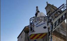 Retiran un pináculo por riesgo de caída en el Arco de Fernán González