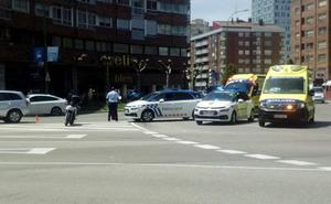 Herido el conductor de una moto en una colisión con un turismoen la Glorieta de Bilbao