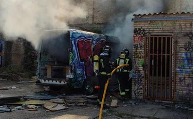 Arde un vehículo en un solar de la calle La Ventosa de Burgos