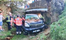 Heridas dos mujeres y un hombre tras caer con el coche por el puente de Cogollos