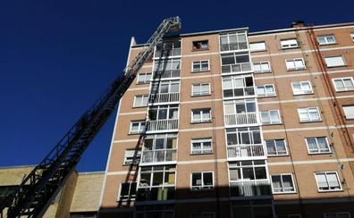 Los Bomberos de Burgos intervienen ante la presencia de humo en una vivienda de la calle San Juan de Ortega