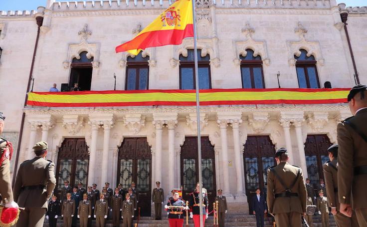 El acto de izado de bandera y relevo de la Guardia de Honor del Palacio de Capitanía, en imágenes