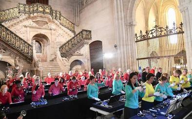 La Escalera Dorada de la catedral de Burgos acoge un concierto de cerca de 70 campanas de mano