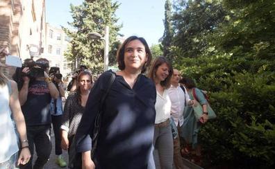 Colau ya asume la investidura con los votos de Valls