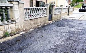 Dos vecinos de Burgos llevan más de cinco años reclamando una acera, que sí tiene la casa vecina, al Ayuntamiento