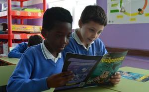 El ILCyL entrega a alumnos de los colegios Apóstol San Pablo y María Madre el cómic 'Valpuesta. Los orígenes del español'