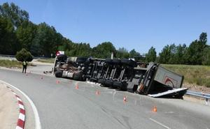 El vuelco de un camión dificulta la circulación por la glorieta del aeropuerto de Burgos