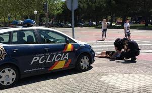 Agentes de la Policía Nacional reaniman a un joven que mostraba síntomas de ahogamiento tras caer desplomado al suelo