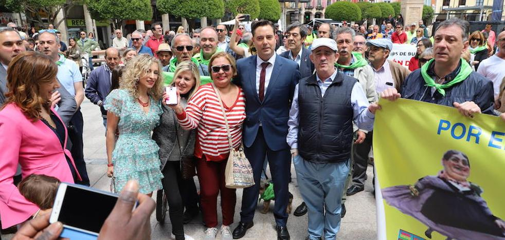 Un cántico a pie de calle pone el broche al Pleno de Investidura de Burgos