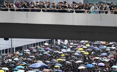 Decenas de miles de personas marchan en Hong Kong para exigir la dimisión de su jefa ejecutiva