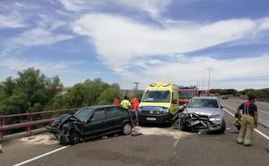 Muere un hombre de 78 años y su esposa resulta herida grave tras una colisión frontal en Puente Duero, Valladolid