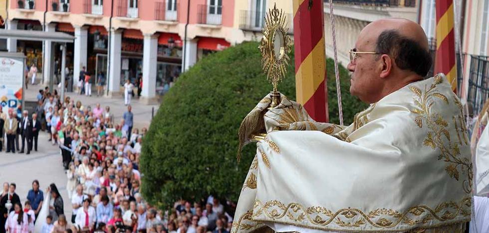 Un Corpus Christi vespertino llena las calles de Burgos