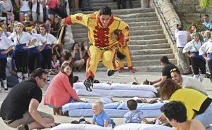 Castrillo de Murcia revive su tradicional 'salto de bebés' en El Colacho